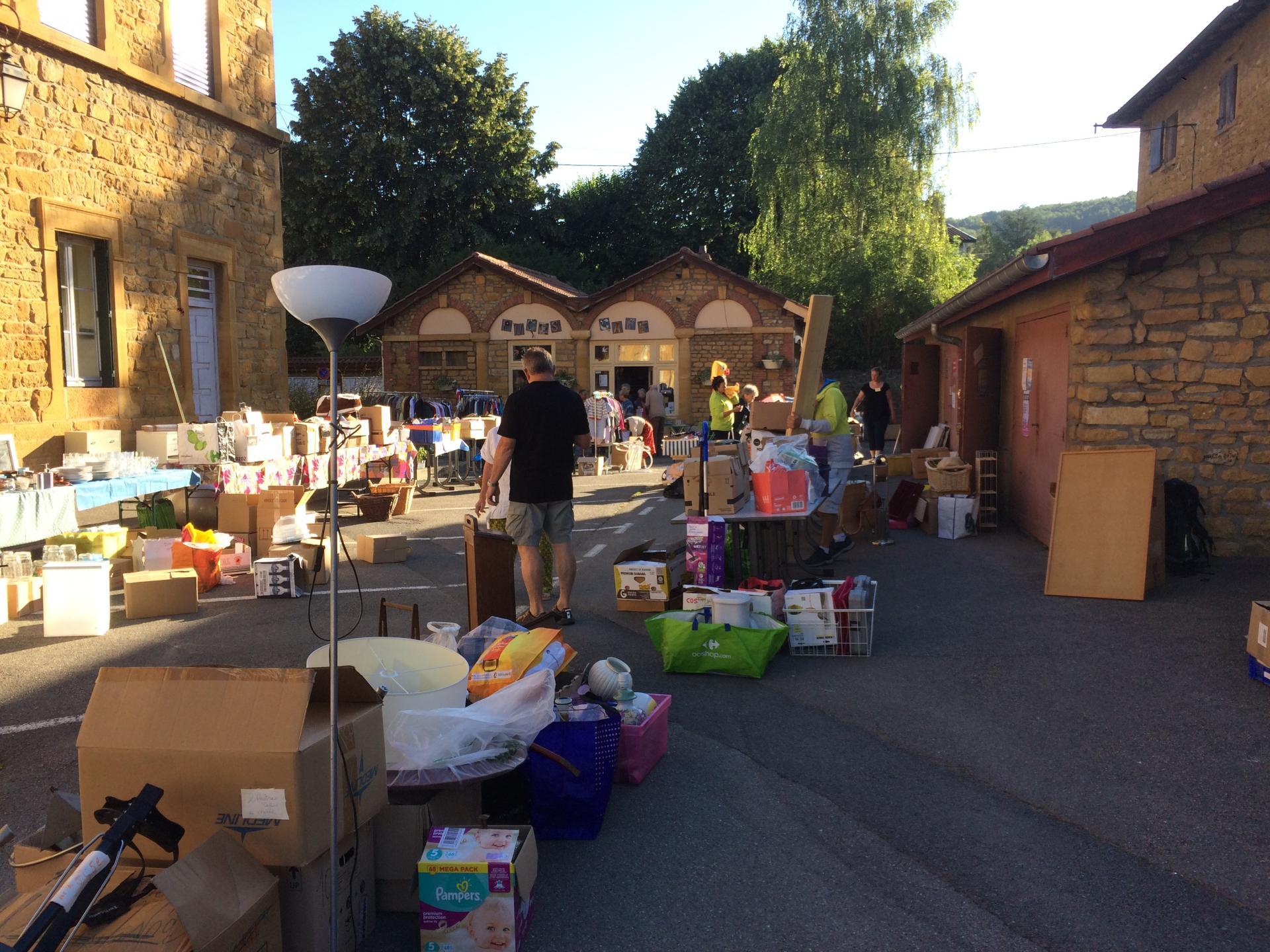 La place se remplit d'objets à recycler!