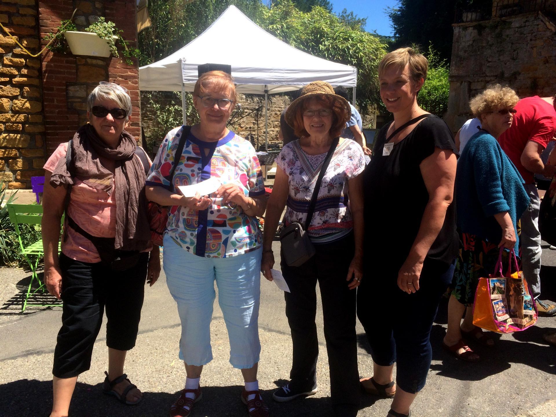 Puces Café fait un don au Collectif des sans papiers de Villefranche.