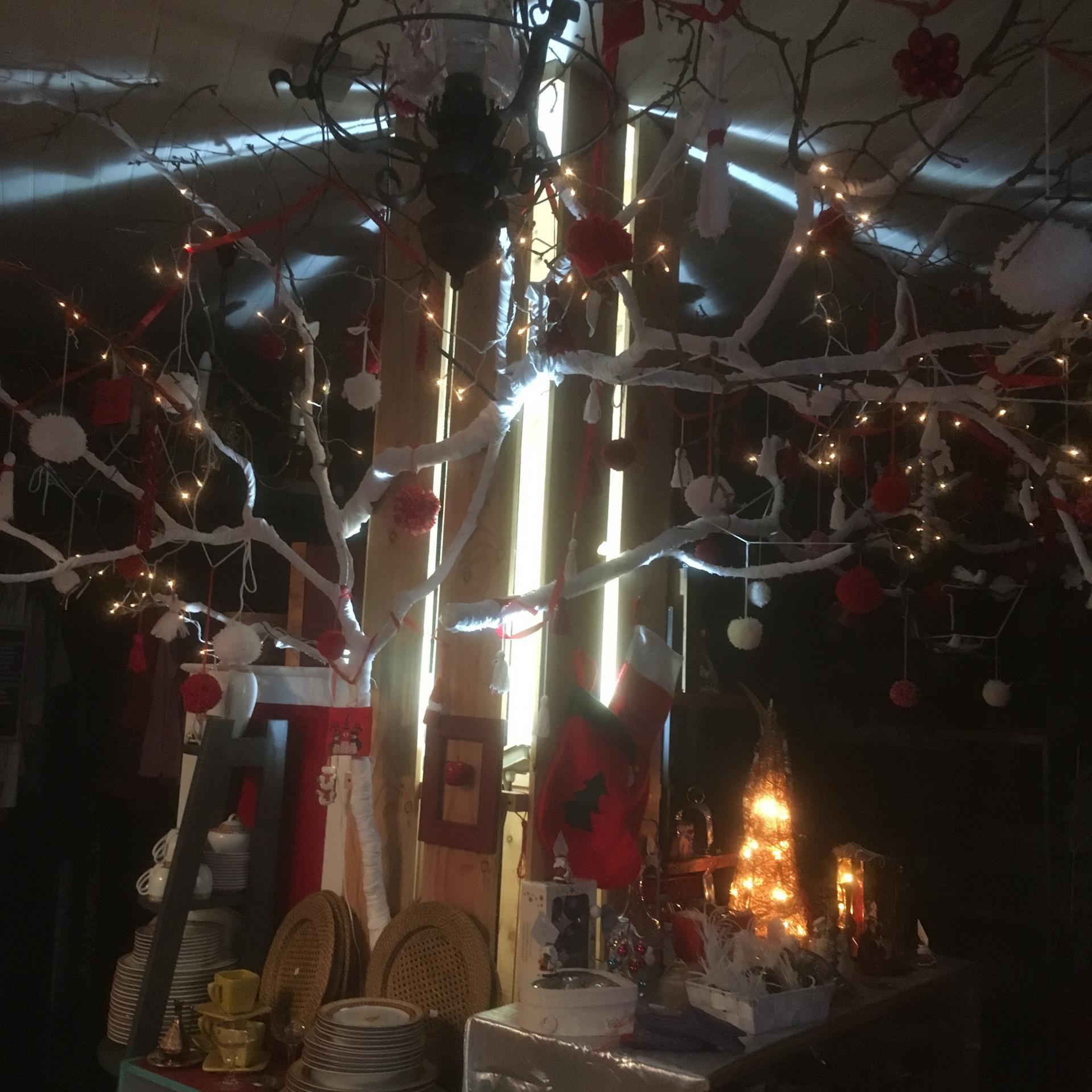 Une boutique qui se remet des fêtes, des lumières, des bonnes tables...